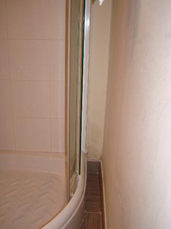 Hostal Oxum: muffa nel micro bagno