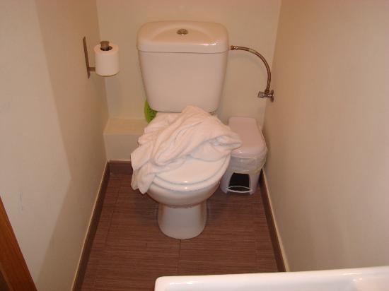 Hostal Oxum: larghezza del bagno