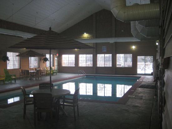 Crooked River Lodge: Pool area (the lense fogged up before I could take a pic of the whirlpool!)