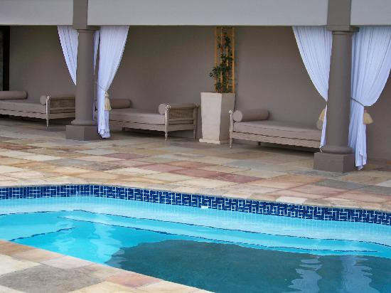 Belmonte Guesthouse : relax by the pool