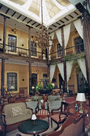 Mansion Alcazar Boutique Hotel: Atrium: View towards our room's entrance