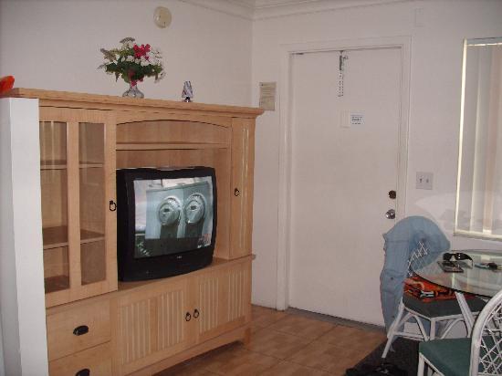 Sunrise Motel: Sitting area in apt
