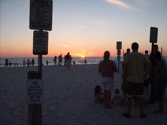 Sunrise Motel: Beach across the street at sunset