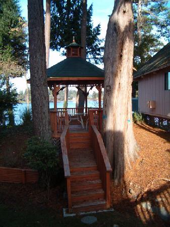Oyster Bay Inn & Suites: The gazebo overlooking the Bay