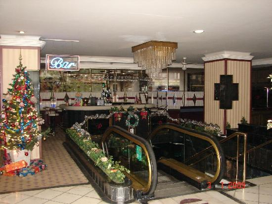 ‪برستيج هوتل: Entrance and bar‬