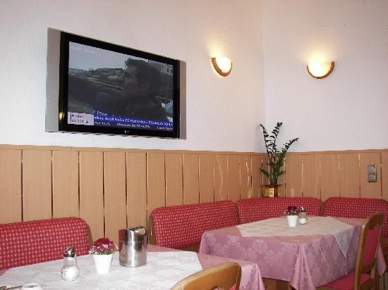 Hotel Pension Corvinus: The dining room with an LCD TV