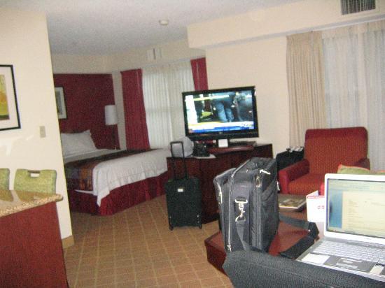 Residence Inn Pleasanton: living room & bed areas