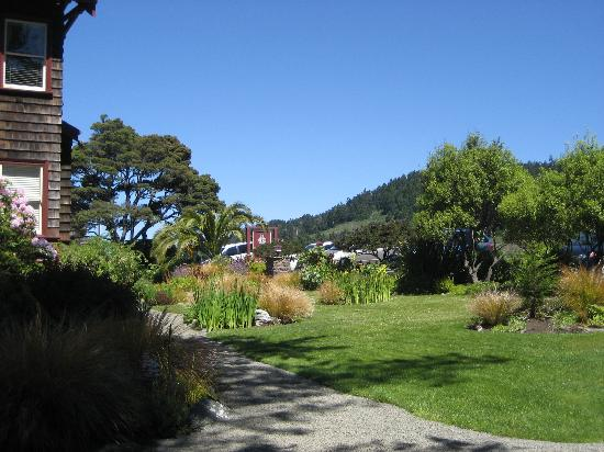 The Harbor House Inn: Front of Inn