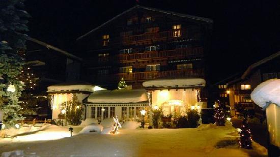 Hotel Chesa Valese: Hotel at Night