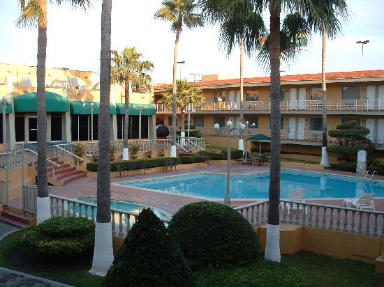 Pool area fotograf a de quality inn piedras negras for Hotel en las piedras
