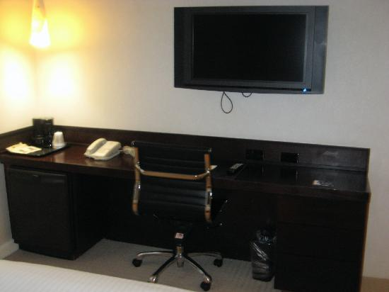 O Hotel: TV and desk