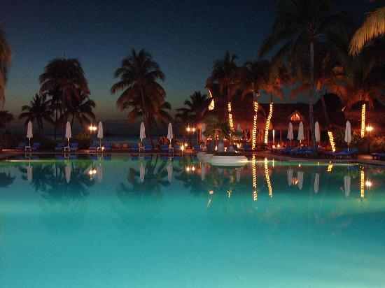 Sofitel Mauritius L'Imperial Resort & Spa: Pool area at night