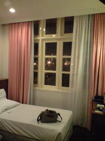Penta Hotel: 窓は一見ラッフルズを思わせる感じ?