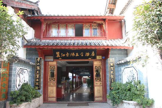 Lijiang Sanhe Hotel: ホテルの玄関