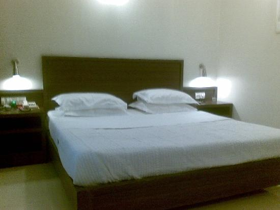Hotel Aroma Executive: Bedroom area of executive suite
