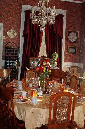 The Steamboat House: Dining Room prepared for breakfast