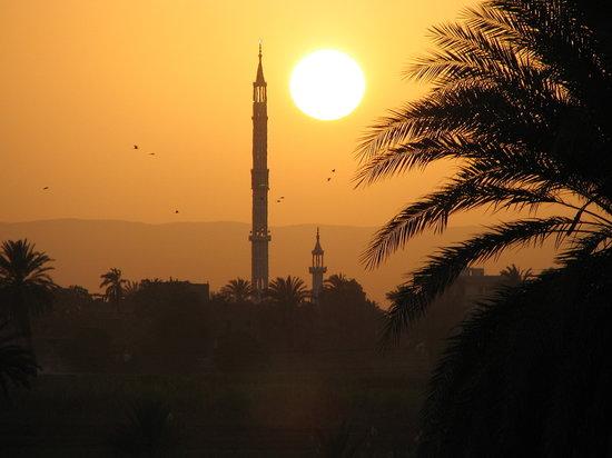 Egypten: tramonto sul Nilo nei pressi di Esna