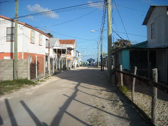 Maxhapan Cabanas: Caye Caulker street