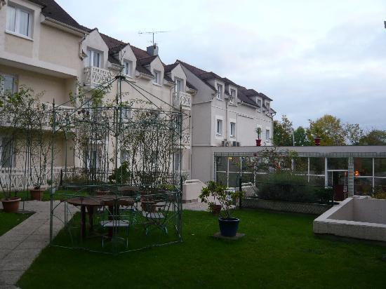Villa Des Impressionnistes : the open area by day