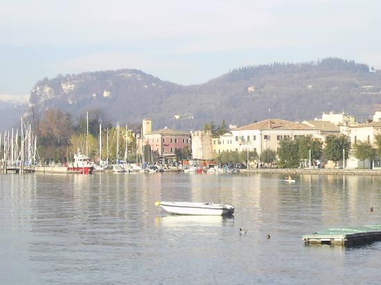Hotel du Lac et Bellevue: view while promenading along the lake