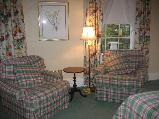 The Cooper Inn: sitting area in room