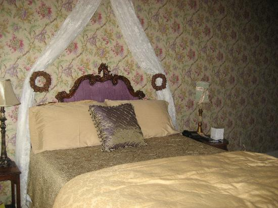 The Victoria Inn: bed