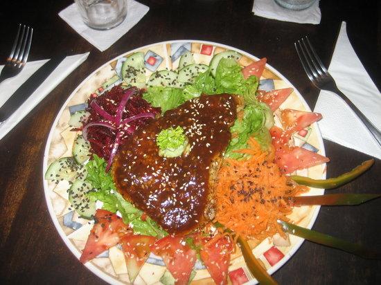 Jungle Love Cafe: Fresh Tuna on Greens