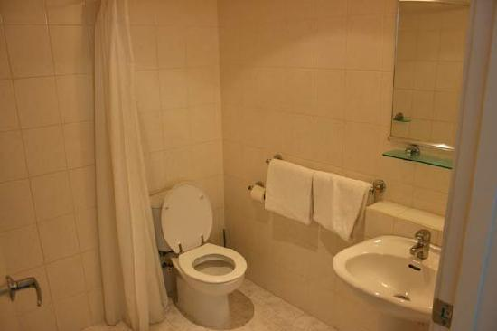 Pacific Harbour Motor Inn: Bathroom