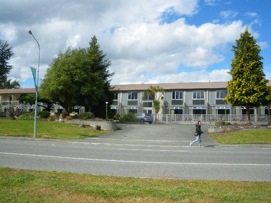 Distinction Te Anau Hotel and Villas: Lake view of the hotel