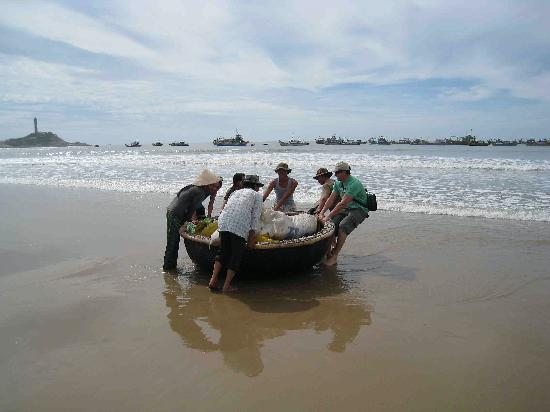 Princess D'An Nam Resort & Spa: Assisting the local fishermen
