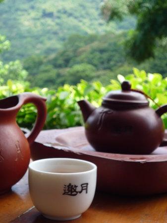 台北, 台湾, 「邀月」にてお茶を楽しむ。日本語でのお茶の入れ方の案内もあるが、お店の方がやってくれた。