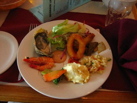 Acacia Court Hotel: ホテル内にあるチャーリーズという海鮮ビュッフェでの晩御飯。
