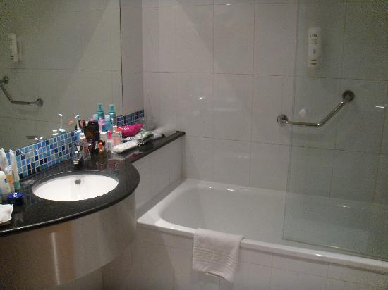 Holiday Inn Express Madrid-Rivas: Standard Twin Room Bathroom 2