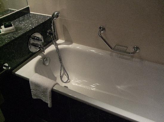 Sofitel London Heathrow: Bath tub