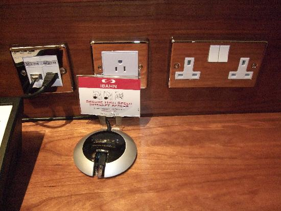 Sofitel London Heathrow: Power outlets (UK/US) no European