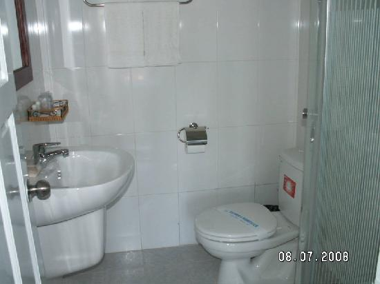 Suoi Cat Hotel, Dalat - Shower stand. No bathtub