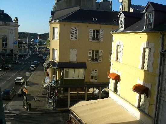 Hotel Mercure Trouville Sur Mer : Side view from our room window