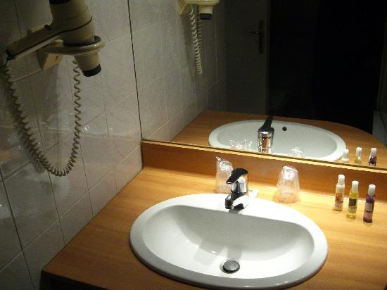 Hotel Mercure Trouville Sur Mer: Sink and amenities