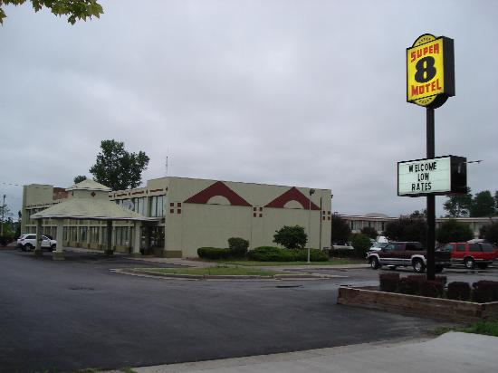 Super 8 Batavia E of Darien Lake Theme Park: The motel from the oudside