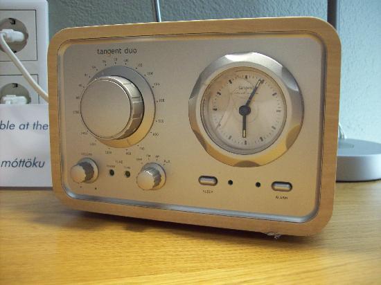 Silica Hotel: Retro radio in room.