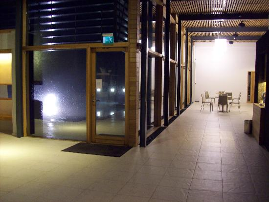 Silica Hotel: Lobby area, door to private lagoon.