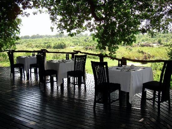 Lion Sands Ivory Lodge: outdoor decking of main lodge for breakfast, lunch, dinner
