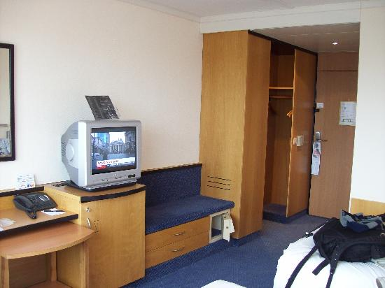Swissotel Zurich: Unrennovated room sample.