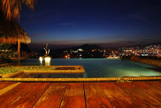 Casa Cuitlateca: Infinity pool over the bay