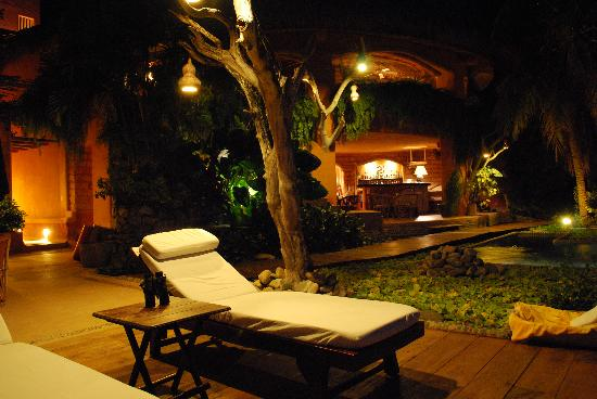 Casa Cuitlateca: Deck & Bar at night