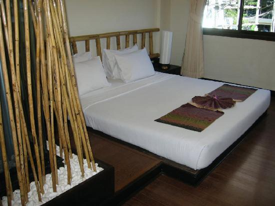 Bamboo House Phuket: bed and shower 1