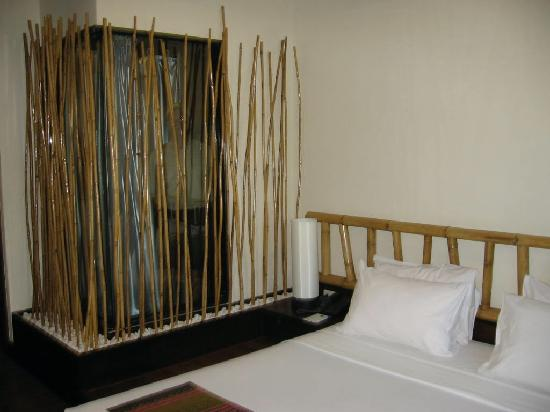 Bamboo House Phuket: bed and shower 2