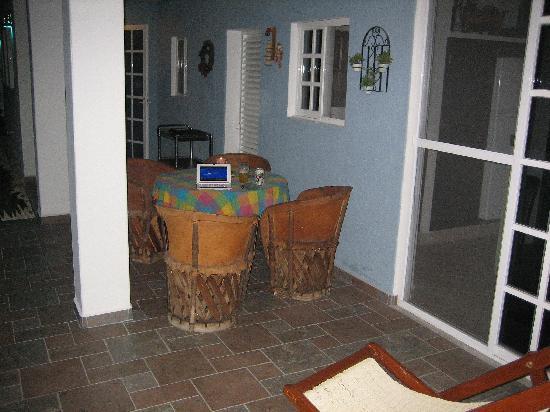 Villa Escondida Bed and Breakfast: Breakfast nook -- taken at night, so it's a little dark