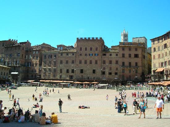 Siena, Italia: Encore la place à la course de chevaux