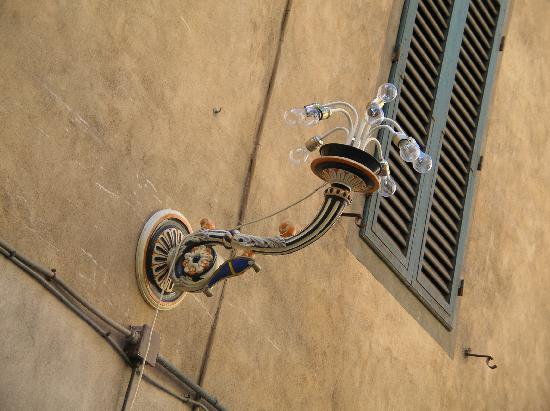Siena, İtalya: Sienne - Chaque quartier à son lampion - toutes les rues des dits quartiers en ont